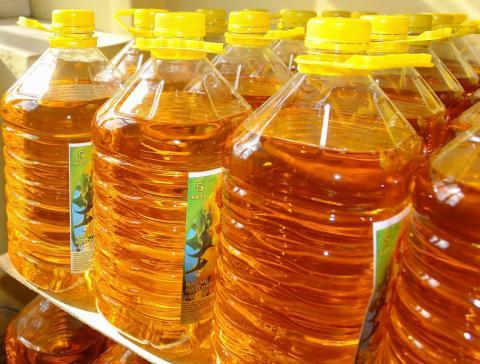 Ukraina. Olej rzepakowy 2,2 zl/litr + biomasa, tluszcze roslinne. Oferujemy w znacznych ilosciach 36tys.ton/rocznie nierafinowany, zimnotloczony olej z rzepaku CDRO 254ppm fosforu. Wysoka temperatura dymienia, odporny na jelczenie, naturalny z wyselekcjowanych upraw na wlasnym gospodarstwie. Tloczenie przy mechanicznym wyciskaniu na zimno 1L oleju z ok.3kg nasion. Posiada dobroczynne wlasciwosci kwasow omega-3,6,9. Nieoczyszczony marki, zolte kwiaty, czarne nasiona, makuch, sloma od producenta. Zapraszamy do wspolpracy wszystkich zainteresowanych. Telefon: +380505806241 (polsk.), E-mail: nieruchomosci@ukr.net  Skype:IgorKijow Europart,ul.O.Teligi 21,lok.24 Kijow 04060 Ukraina